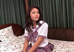 La colegiala de ensueño japonesas se desnuda lentamente y acaricia durante mucho tiempo a un magnífico orgasmo.