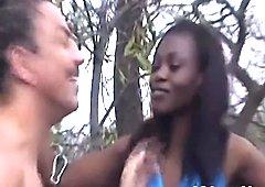 Junge afrikanisch Cutie Wraps saftigen Lippen um Penis weißen Penis