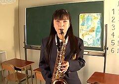 Juguetón estudiante moza chupada la pipa en la sala de la universidad