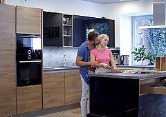 Newlyweds Lovita Fate & Pal Shag en la cocinaReporte de este video