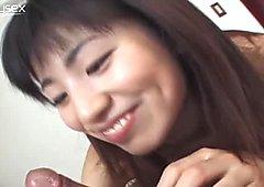 Kleine japanerin Rina Usui Hure weiß ein oder zwei Dinge über blasen