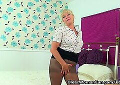 UK gilf Sapphire Louise gives her fanny flaps a treat