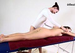 Coño de nikita frotado en un masaje lesbiana
