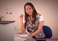 Asiático jovencita jugando en el lugar de trabajo estilo primera persona
