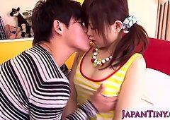 Petite japonesas miku airi disfruta de sesenta y nueve
