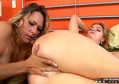 Debi Diamante se pone cachonda con el coño de su novia sacándola