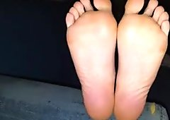 Roula moves her sexy (size 37) feet