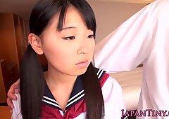 Asiatisches Petite-Schulmädchen in Enge-Muschie gefickt