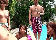 Sin censura japonesas juegos de piscina mamadas; semen rápido