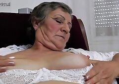 Haarig OMA arbeitet immer noch ihre Feucht-Muschi