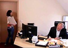 Junge ungezwungene Assistentin fickt ihren alten Chef
