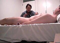 Sexy Japanische Milf, die Handjob und Blasen an WBC - AsiancaucasianDuo bietet