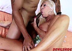 Sexy oma Mandy Mcgraw wird von notgeil schwarz sexprotz - Hardcore Mandy gerammelt