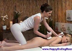 Lesbiana masajista olas culos en erótico masaje