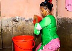 Indisch tante nimmt ein bad