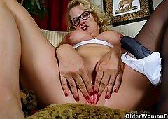 yankee grandma Dalbin works her doused pussy