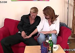 Er nimmt auf und fickt die alte Frau mit der Boozing