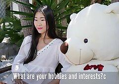 Der schüchterne chinesische Mädchen gibt ein Interview vor dem ersten Analsex.
