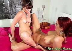 Lesbiana masajista frotándose