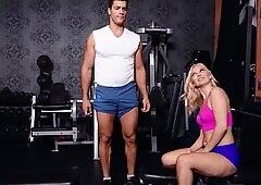 Sexy milf im fitnesstudio