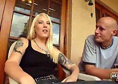 Jovencitas tatuadas en celo dando mamadas jóvenes