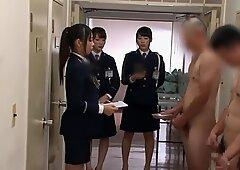 Chinesische Frauenwächter überwachen die Sammlung von Männercreme (zensiert)