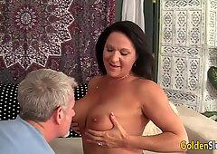 Großmutter nimmt Fett Penis