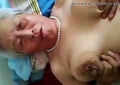 Abuela china de pelo gris