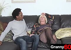 Abuelitas disfruta de una follada anal con un nieto de Negros de 18 años.