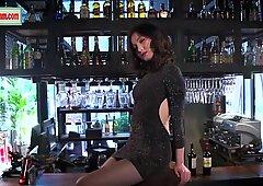 Defiant y siempre Cachonda ninfómana de China posa en el bar en El Bar.